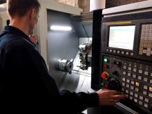 Сотрудник производит пробный запуск оборудования